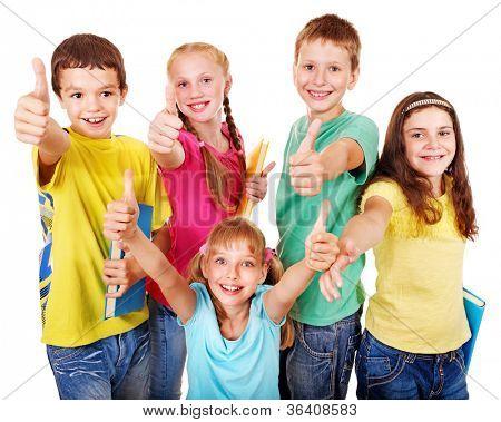 Grupo de adolescente criança de escola com o polegar do livro acima.  Isolado.