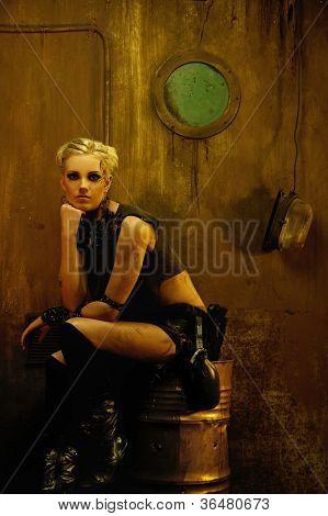 Garota loira em um bunker sentados em um barril