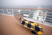 Постер, плакат: Маленький мальчик спать на кровати покрыты одеяло на борту большого пассажирского судна сосредоточиться на мальчика