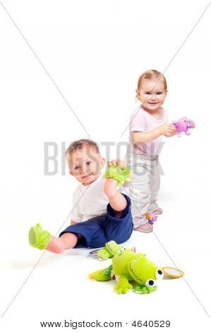 Los bebés juegan con juguetes