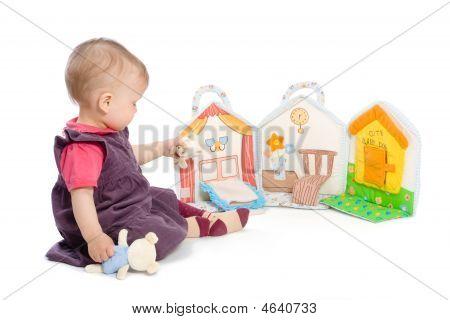 Baby Girl mit Spielzeug Buch