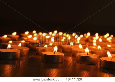 Brennende Kerzen auf dunklem Hintergrund