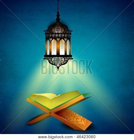 Lâmpada árabe iluminada de suspensão e abra o livro sagrado Alcorão sobre fundo azul para Ramadan Kareem.