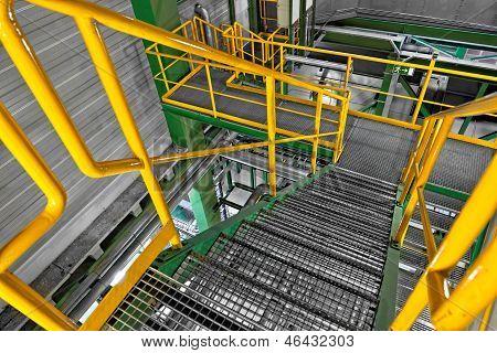 Industrielle Interieur mit großen Treppe