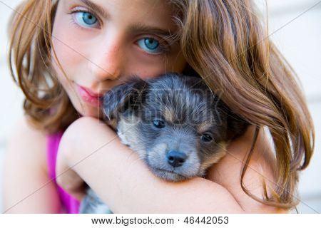 meisje knuffel een kleine pup hond grijze harige chihuahua hondje