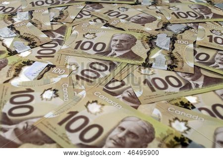 100 Billetes de dólar canadiense.
