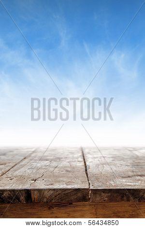 Mesa vazia contra o céu azul
