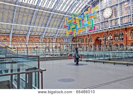 Statue Of Sir John Betjeman And Chromolocomotion In St Pancras