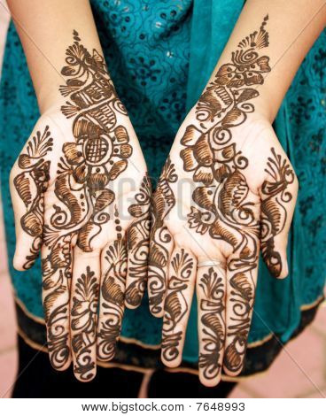 Arabic desing - Mehandi on brides two hands
