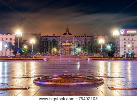 The Main Square Of Khabarovsk - Lenin Square At Night - In The Foreground Zero Kilometer
