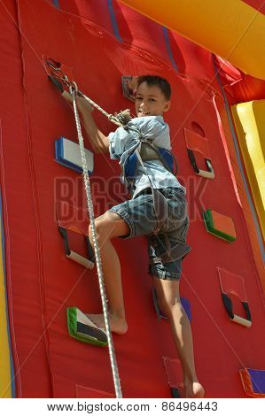 Youngster's effort in climbing wall