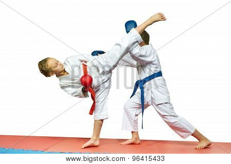 Sportswoman is beating athlete the blow ura mavashi geri on the head