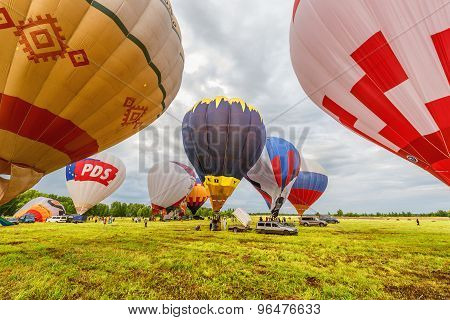 Preparation to the evening flight of the hot air balloons.