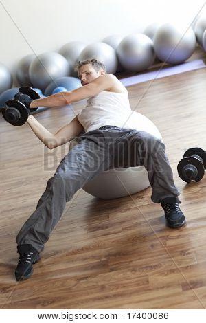 Fitness-Programm, Gewichtheben auf gymnastikball
