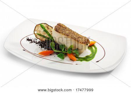 Chile Seebarsch (Black Sea Bass) mit schwarz-Risotto, Kräuter und Gemüse serviert
