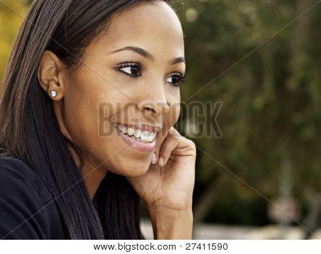 Foto de retratos al aire libre de mujer joven atractiva con sonrisa