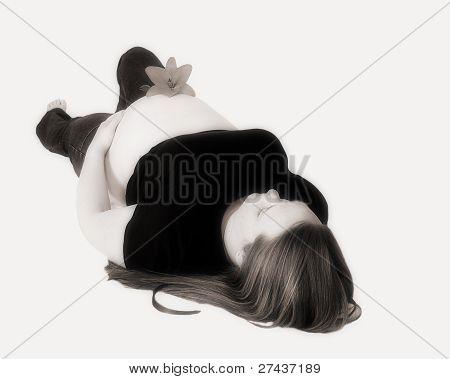 monochrom eine strahlende schwangeren Frau Handauflegen zurück mit Blume