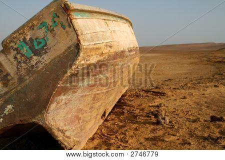 Boot In der Wüste von Peru