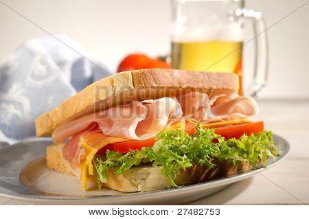 Sandwich mit Parma Schinken Tomate und Salat