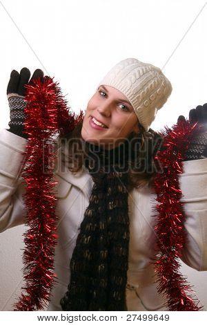 Weihnachten ist nahe eine junge Frau hält Weihnachtsdekoration. Sie ist glücklich mit Winter zahnrad auf.