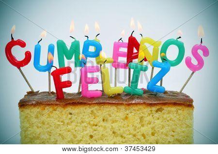 velas em forma de carta de cores diferentes, formando a frase cumpleanos feliz, feliz aniversário no spani