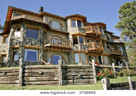 A House By Nahuel Huapi Lake In Bariloche