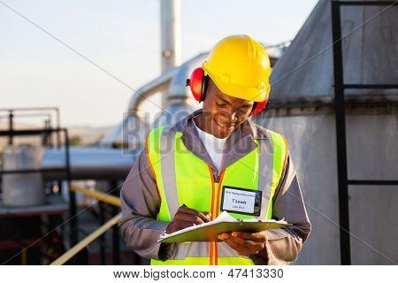 glücklich Afroamerikaner Öl chemische Industrie Worker arbeiten im Werk