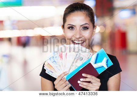 mulher jovem feliz acaba de ganhar uma viagem ao exterior