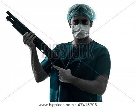 ein caucasian Mann Arzt Chirurg medizinische Arbeiter halten Schrotflinte Silhouette isoliert auf weißem backgro