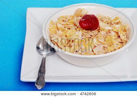 Cereais com morango e colher