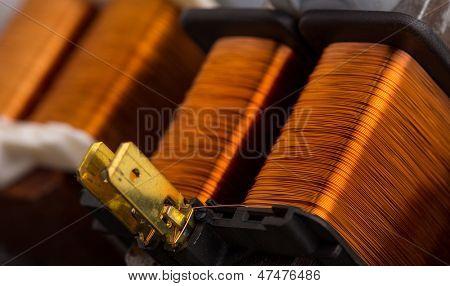 Closeup de transformadores eléctricos de cobre