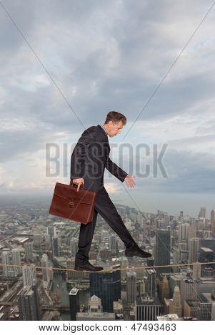 Kaufmann halten seine Balance an einem Seil über einer großen Stadt