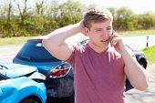 Постер, плакат: Водитель делает телефонный звонок после трафика аварии
