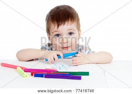 kid painting by colorful felt-tip pens
