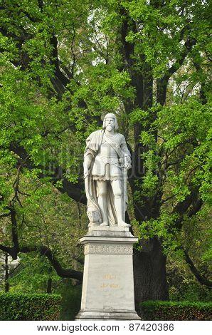 niklas statue