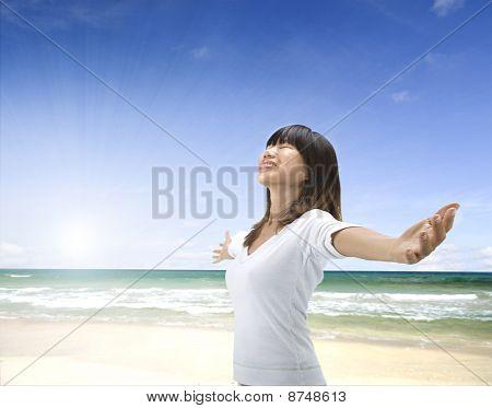 asiatische Mädchen am Strand
