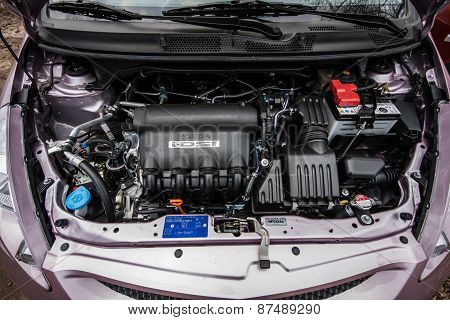 Pink Honda Jazz Fit Sport 2008 engine