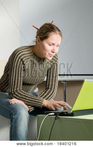 mujer escribiendo en el cuaderno