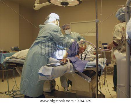 Equipe cirúrgica preparando drapejar