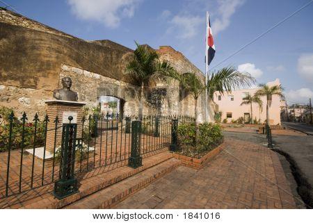 Patriotic Park With Statue Santo Domingo