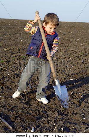 Niño con pala grande