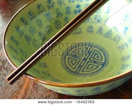 chinesische Schüssel mit Ess-Stäbchen