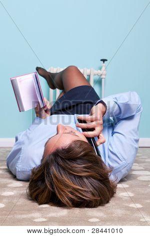 Foto einer Frau, der Einbau eines elektrischen Stecker