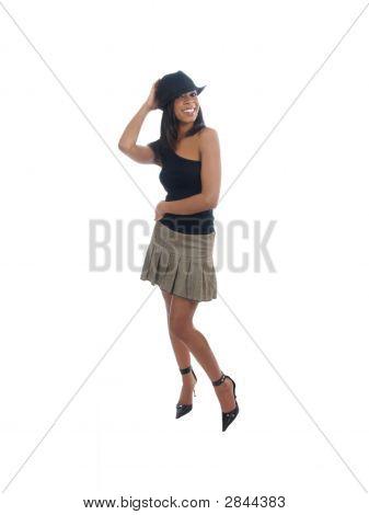 Young Black Woman en sombrero sonriendo