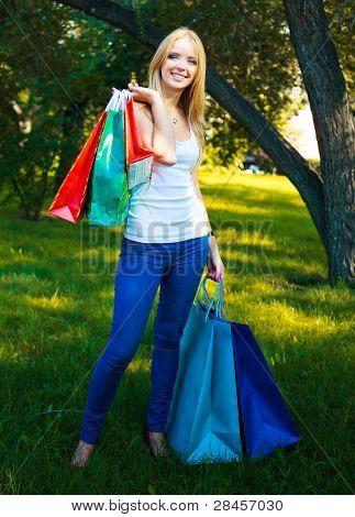 mujer bonita rubia con muchas bolsas pequeñas