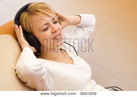 Frau genießen Sie die Musik
