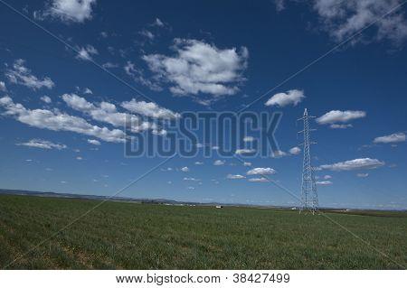 Fernmeldeturm in einem Getreide-Ackerland