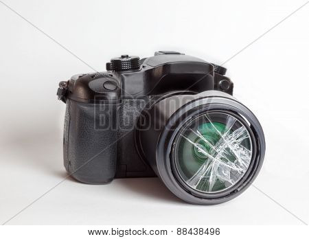 Digital reflex camera (DSRL) with the front lens broken.