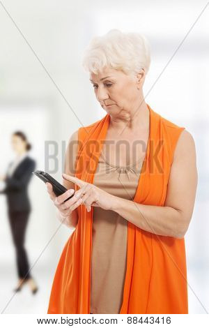 Modern senior woman with a smartphone.