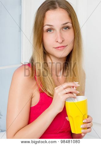 Casual style young woman posing hold water glass